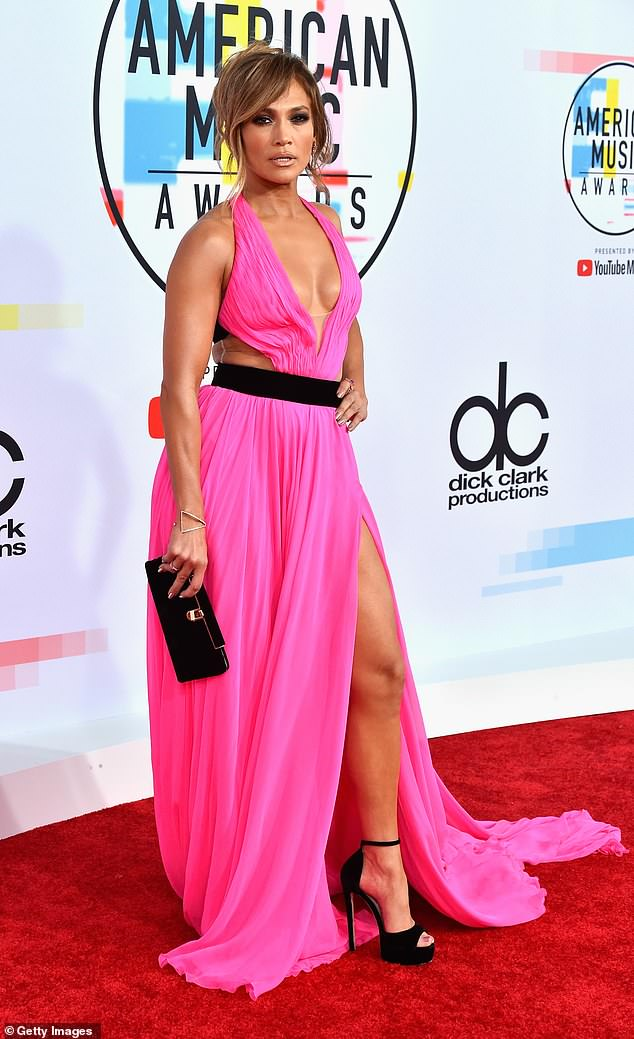4905784-6258893-Wow_factor_Jennifer_Lopez_ruled_the_red_carpet_at_the_American_M-m-28_1539130470454