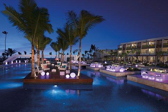gala-dinner-at-pool
